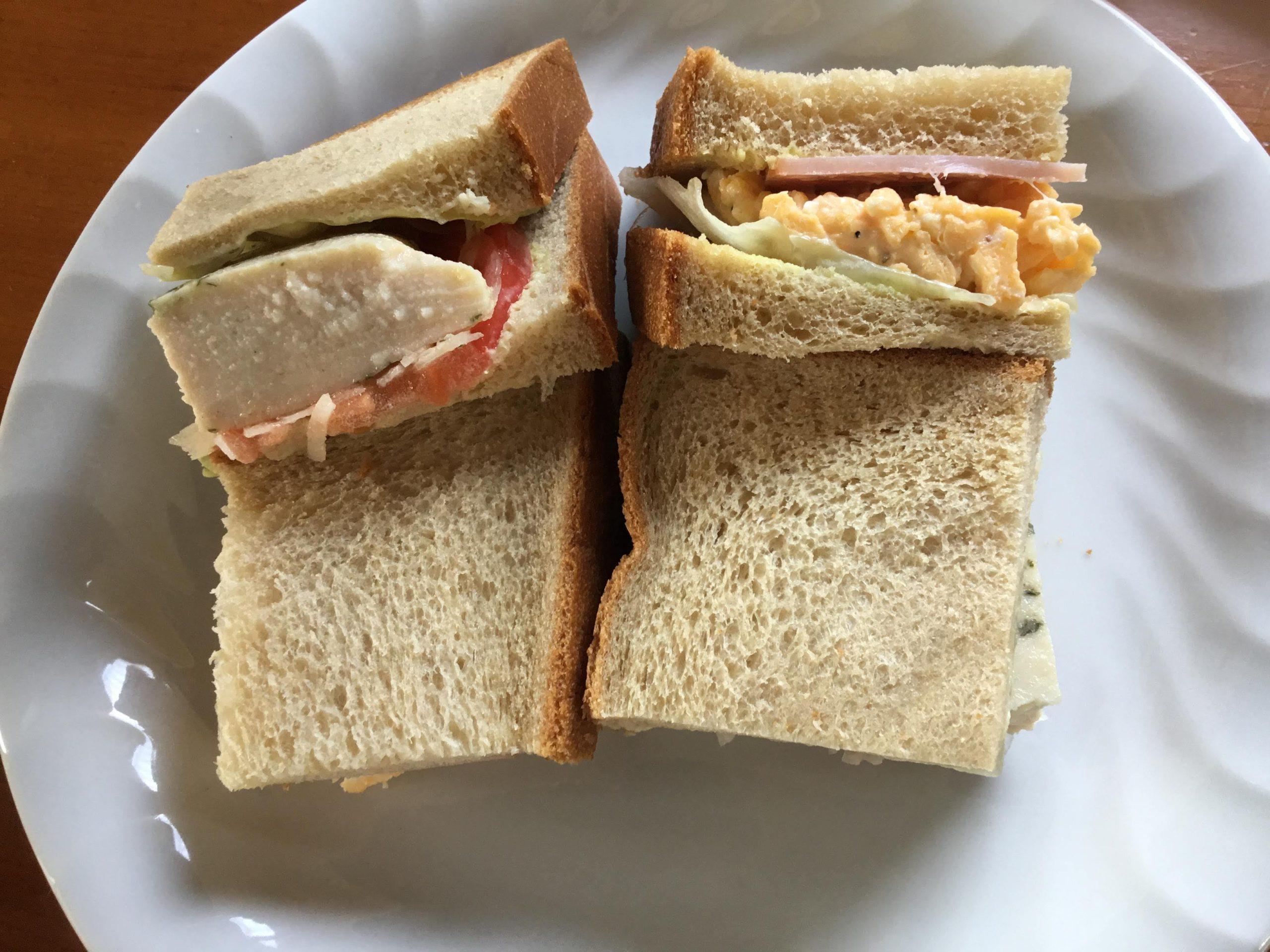 ローソンサラダチキンと卵のサンドイッチ