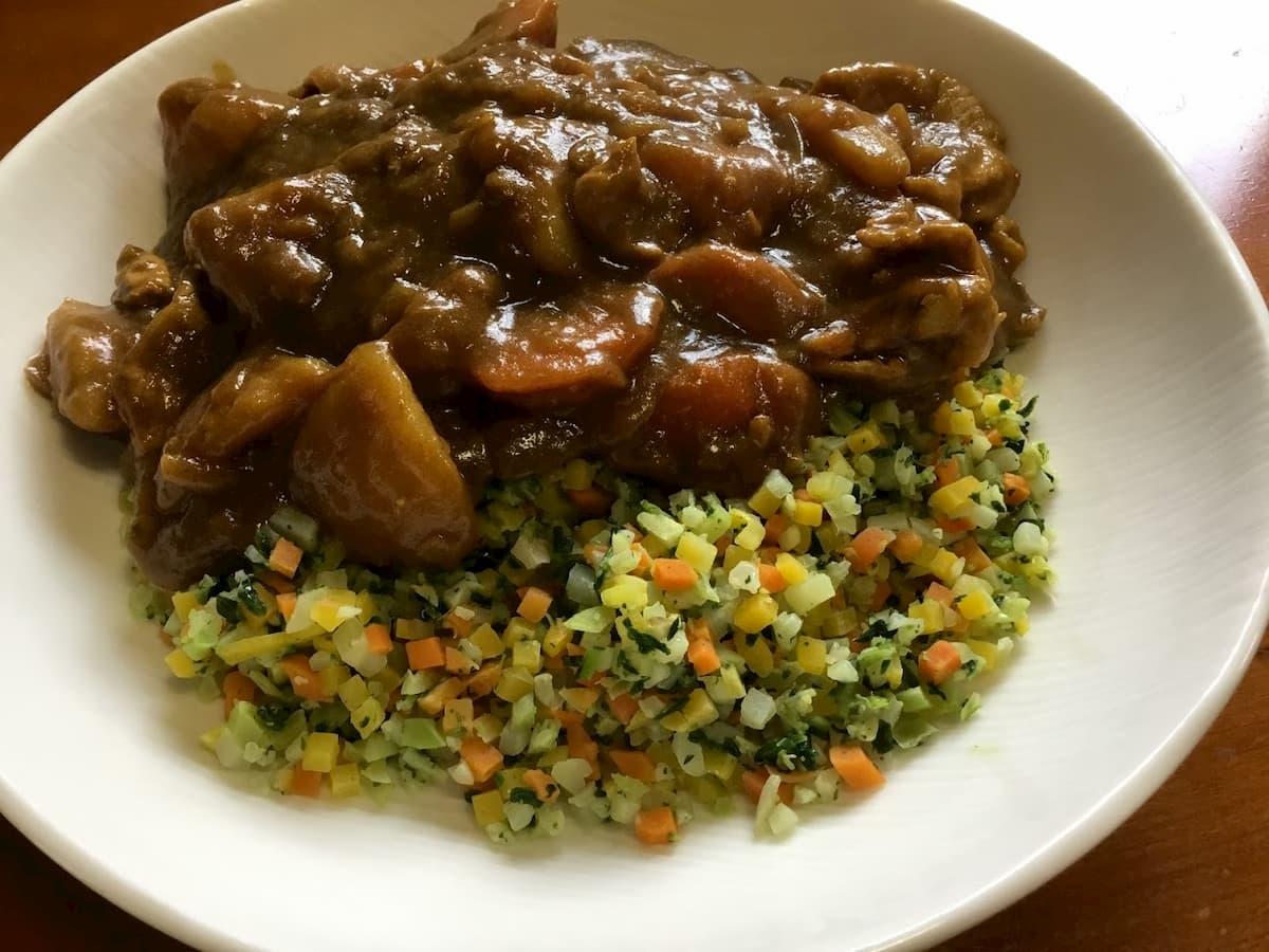 トップバリューお米のかわりに食べる6種の彩り野菜にカレーをかけた