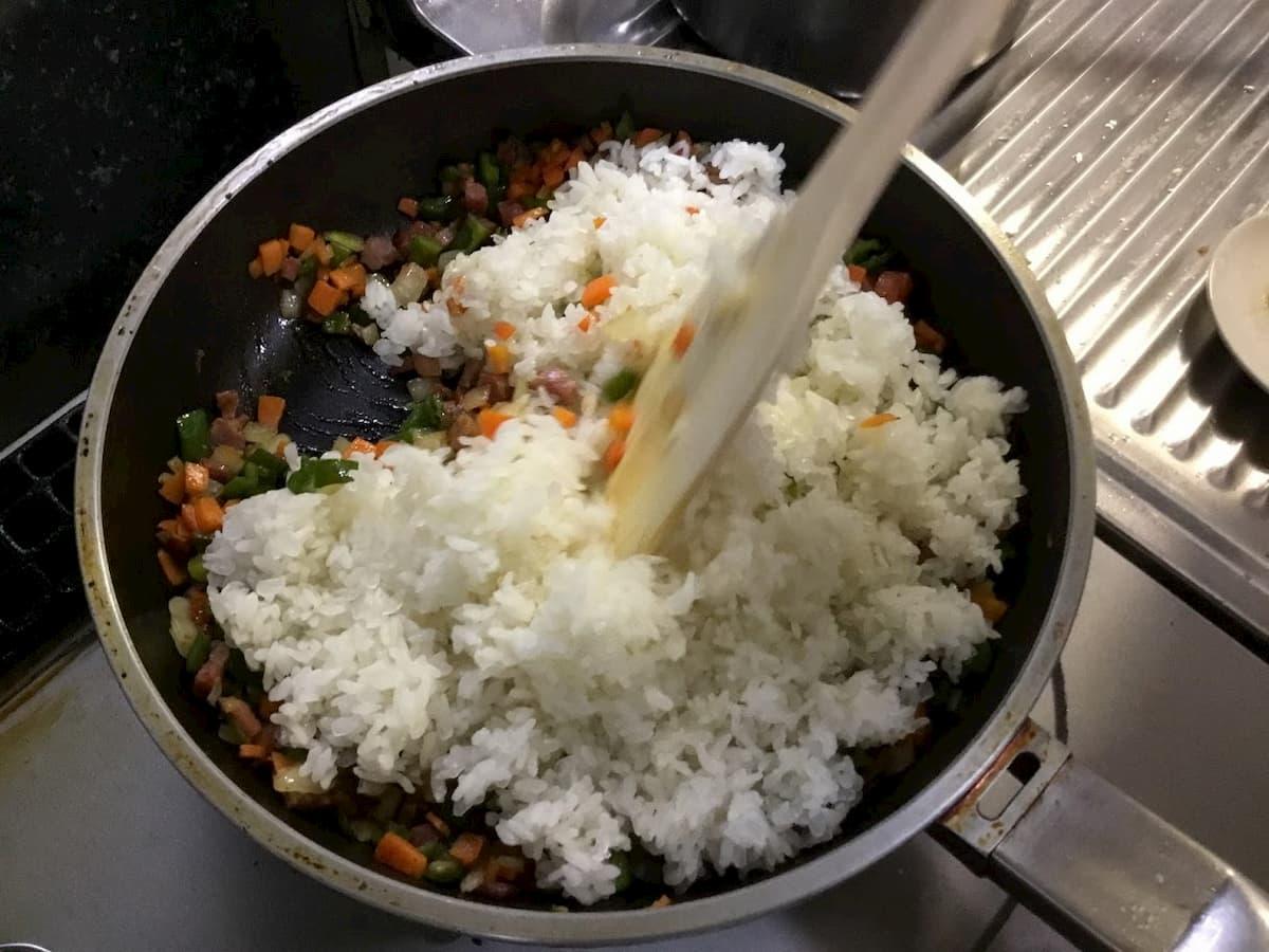 こんにゃく一膳を使った焼き飯レシピ