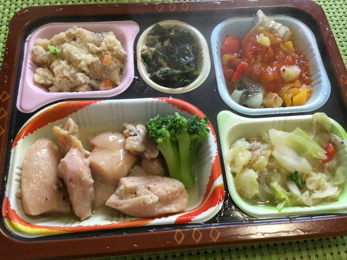 鶏肉のレモンペッパー焼きと鱈(タラ)のトマト煮